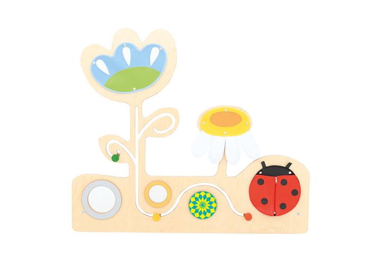 Kącik łąka z biedronką jest doskonałym uzupełnieniem każdej sali dla najmłodszych dzieci, który zachęci dzieci do zabawy ale także poznawania świata poprzez zmysły.