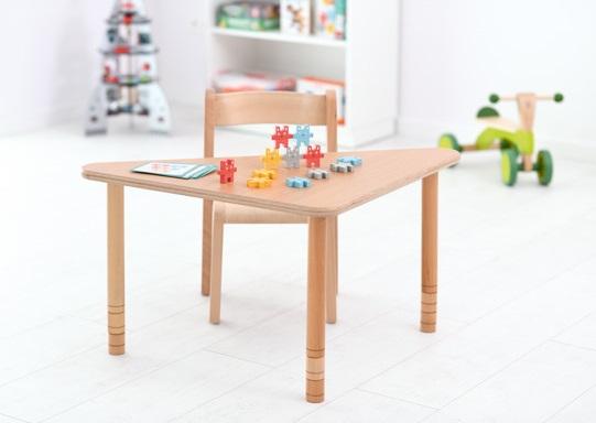 Stół Flexi bukowy w kształcie trójkąta w sali przedszkolnej